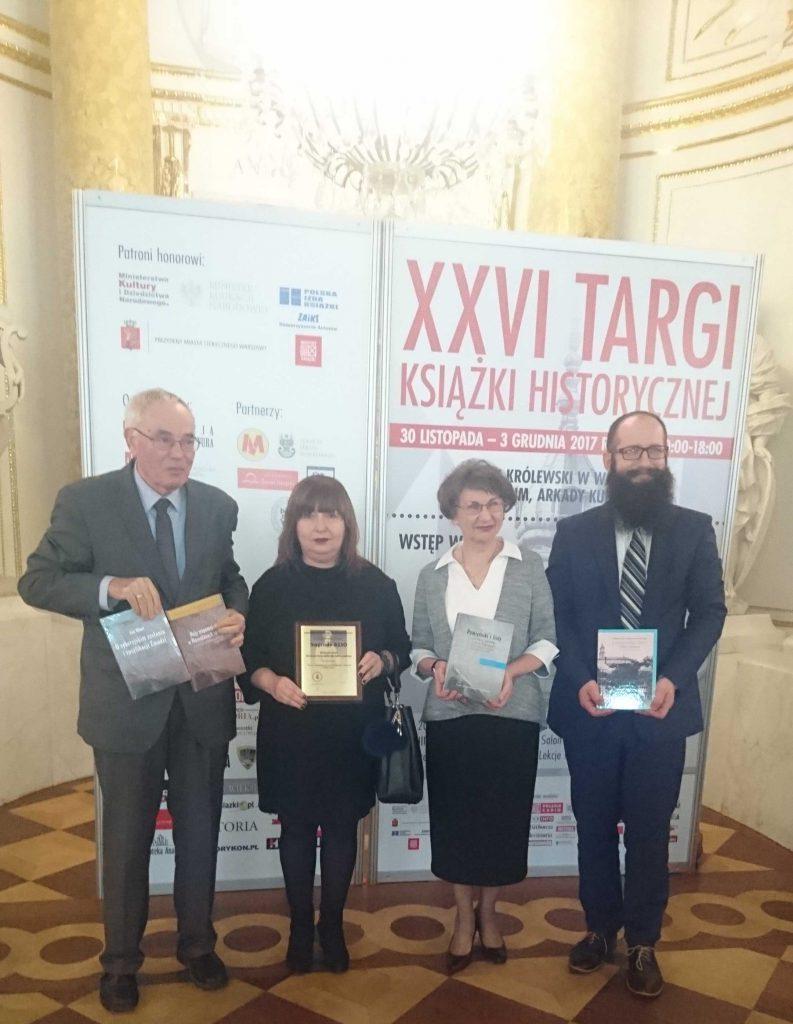 Laureaci prezentują nagrodzoną publikacje