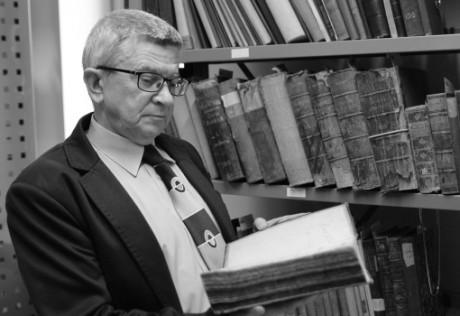 dr Henryk Suchojad w bibliotece